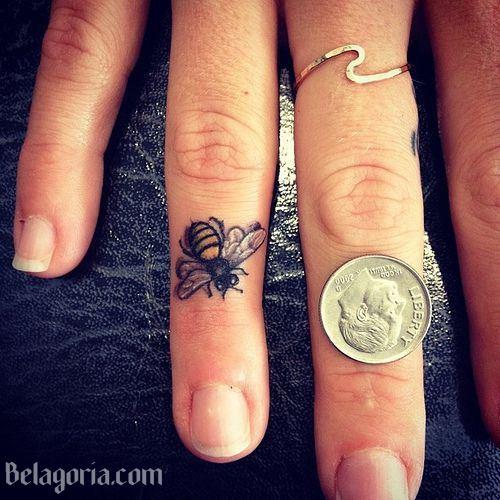 Tatuaje de abeja en un dedo
