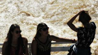 Garotas tomam sol no passeio de barco, Delta do Tigre, Buenos Aires, Argentina