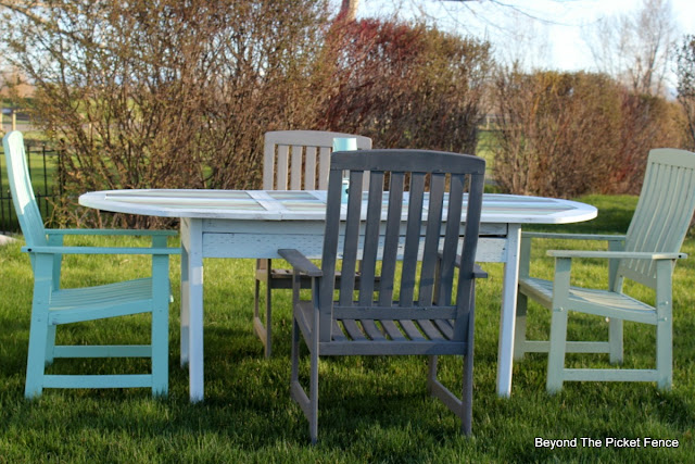 beachy table, patio set, fusion mineral paint, makeover, DIY, paint, upcycled, summer, outdoors, http://bec4-beyondthepicketfence.blogspot.com/2016/04/beachy-patio-table.html