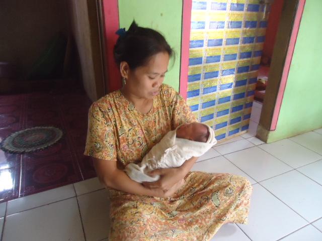 Kisah Luar Biasa, Suami Membantu Istrinya Melahirkan Sendiri