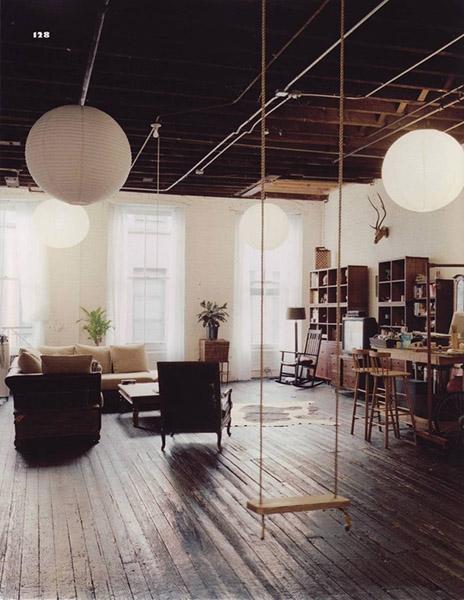balançoire intérieure dans salon colonial