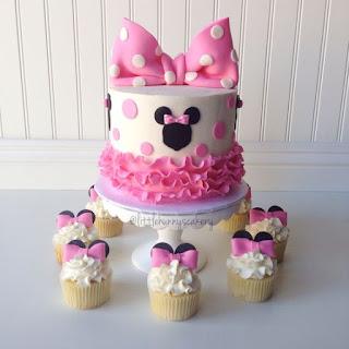 Idei de tort si cupcakes botez Minnie Mouse