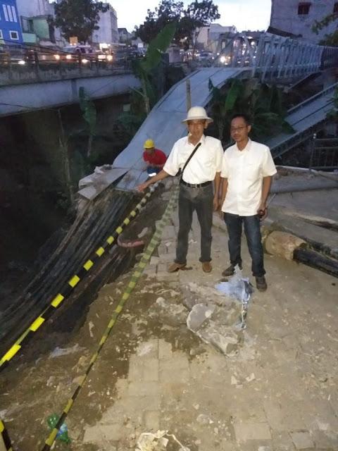 Petugas PLN Sumut meninjau lokasi longsor yang mengakibatkan pemadaman listrik.