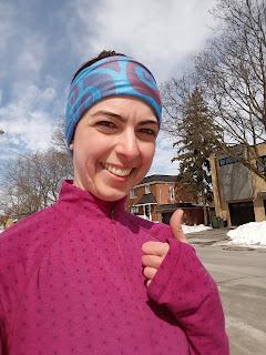 Coureuse souriante, pouce en l'air, rue de Montréal l'hiver