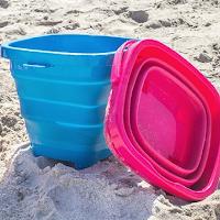 Ce seau de plage se plie facilement pour le transporter sans problème