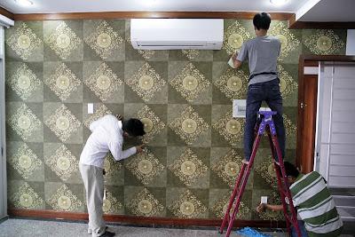 So sánh giấy dán tường giả đá với sơn tường đẹp giá rẻ tại TPHCM