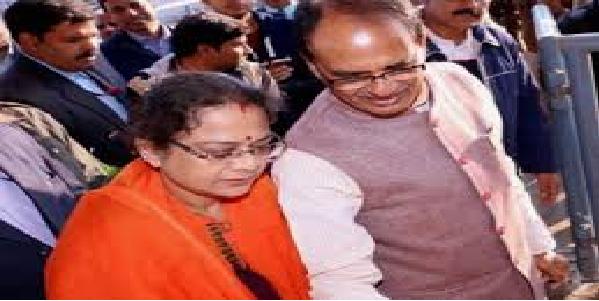 MP-shivraj-ki-patni-bete-ko-janta-khari-khonti-suna-rahi-hai