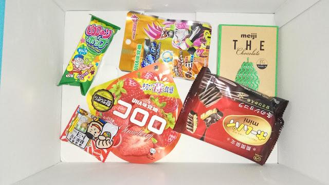 Mniejsze japońskie przekąski na dnie pudełka