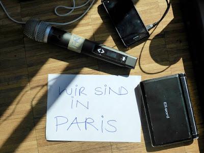 """Zettel mit Aufschrift: """"Wir sind in Paris"""""""