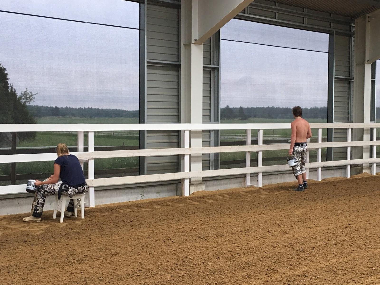 Den vita drömgården: ridhuset klart med målad staket