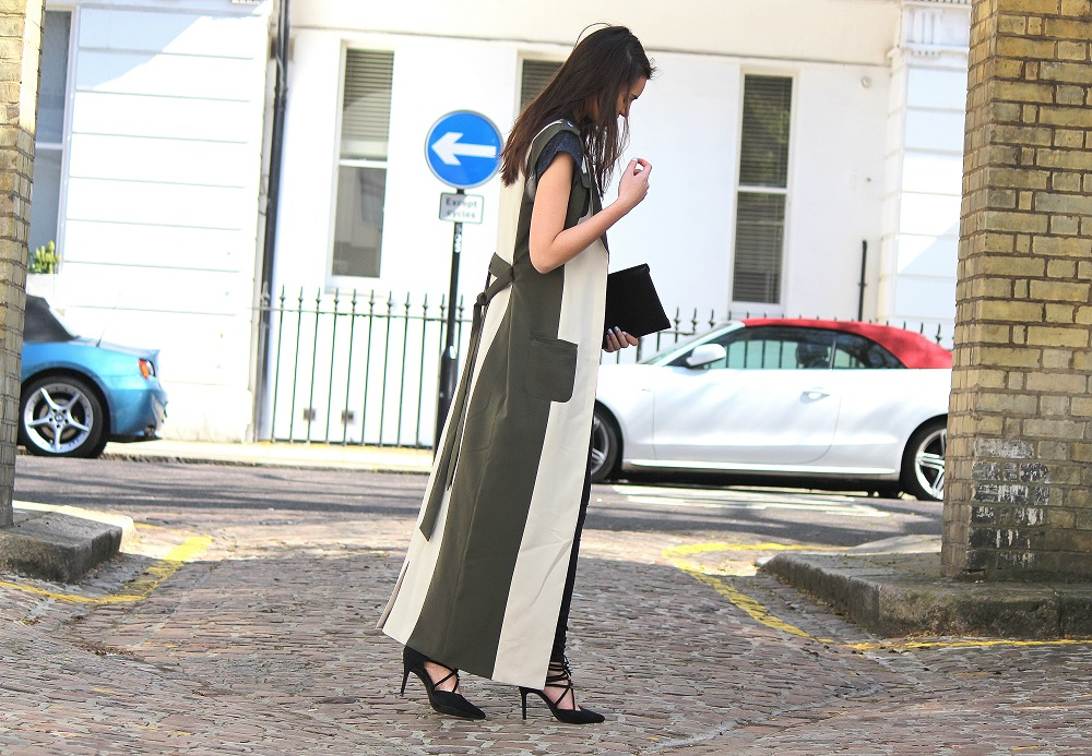 peexo fashion blogger wearing maxi trench and lace up heels in spring