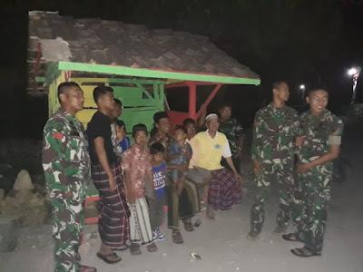 CANGKRUAN BERSAMA WARGA JAGA POS KAMLING BUKTI TNI SATGAS TMMD DEKAT DENGAN RAKYATNYA