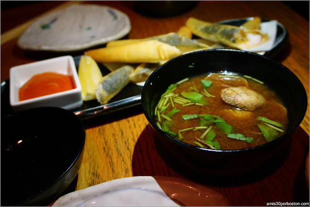 Miso Soup con Almejas Asari en Sakagura, Nueva York