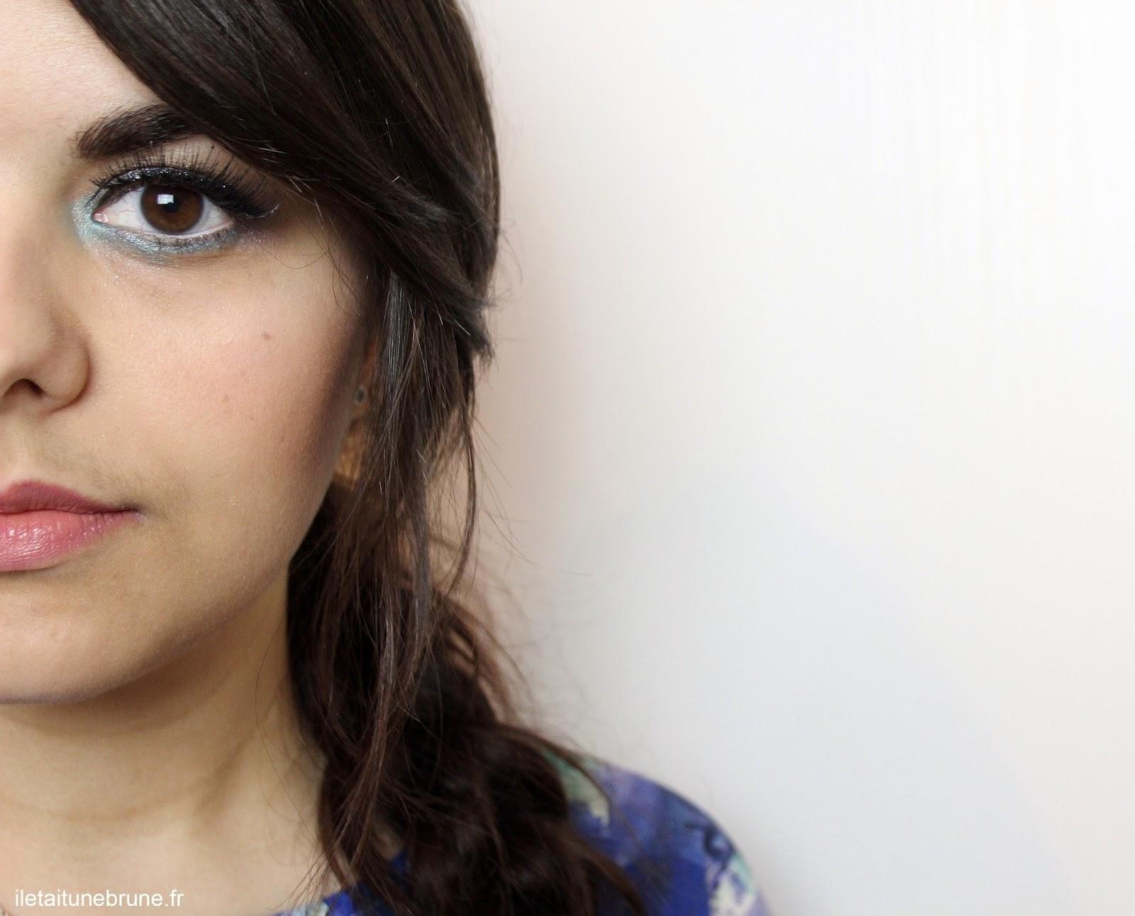 maquillage des yeux bleu azur pour l'été