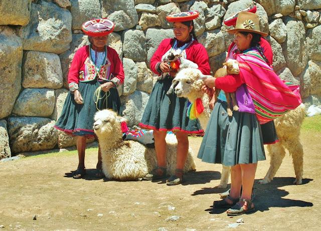 Nativas do Peru, em Cusco, nas ruínas do antigo Império Inca