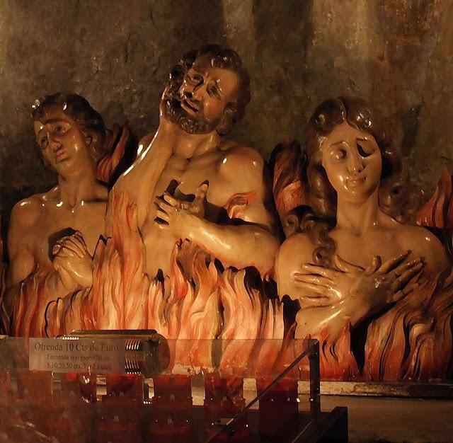 Altar pelas almas do Purgatório. Igreja de São Francisco, Pontevedra, Espanha. Há um fundo de maldade em nós que nos leva a pecar. O Purgatório é o local onde as almas bem-aventuradas são purificados por penas que tinham a pagar.