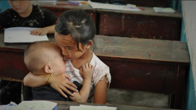 Mengharukan! Kisah Gadis Kecil Menggendong Adiknya di Kelas Bikin Orang Tak Kuasa Menahan Air Mata