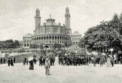 Fête organisée par la Ligue de l'Enseignement, en juin 1904 en l'honneur de l'enseignement primaire et présidée par Emile LOUBET, président de la République. Départ du cortège au pied du Trocadéro (collection privée)