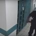 ضابط أمريكي عملاق يعرض نفسه للسخرية بعد هروبه من فأر شاهد بالفيديو طريقة هروبه