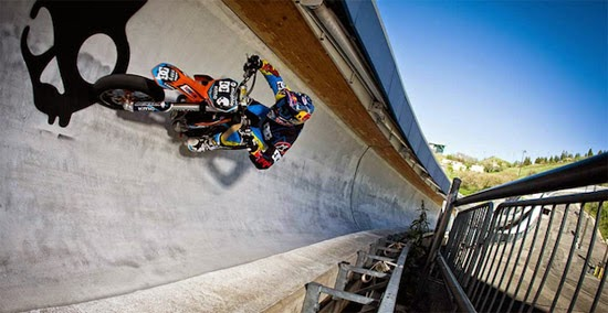 Motocross em pista de ski jumping