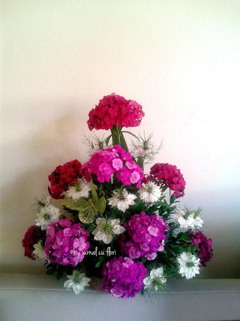 aranjament biserica cu flori albe si roz