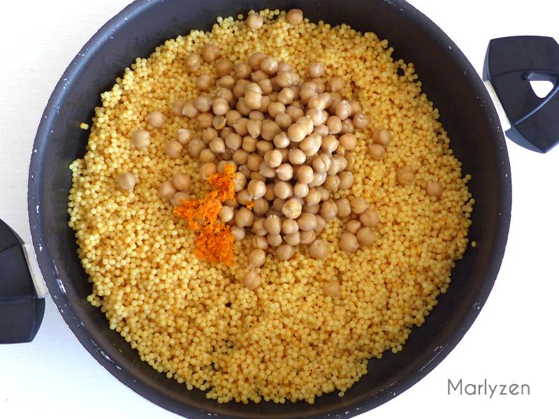 Réchauffez les pâtes perles avec les pois chiches, le zeste et jus d'orange.