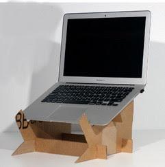 Hanya dengan beberapa langkah meja untuk dudukan laptop dari kardus sudah bisa digunakan