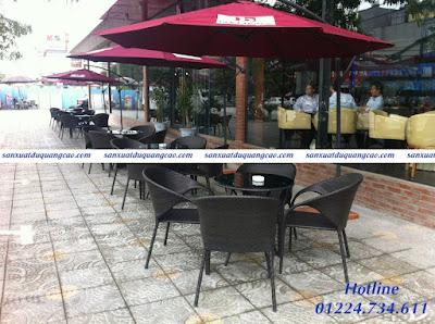 Dù tròn lệch tâm quán cafe