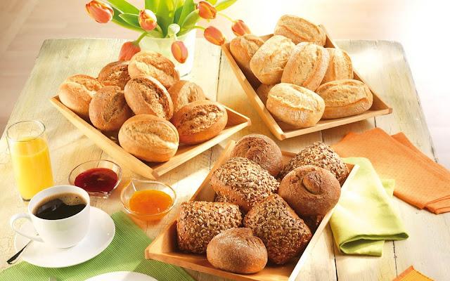Warme broodjes, kop koffie en een glas jus