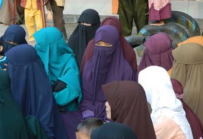 apa hukum memakai cadar (penutup wajah) menurut syariat islam