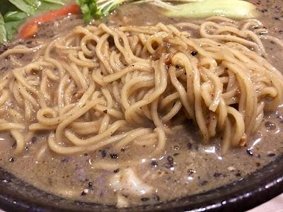 三軒茶屋にあるCURRY&BAR2531の黒ごま担々麺の麺