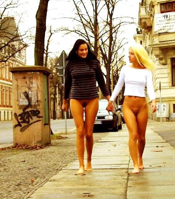 WWW.EROTICAXXX.RU - Без трусиков эротично гуляет по улице (18+ эротика)