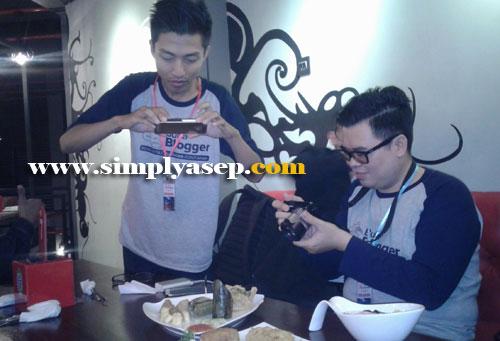 GAYA :  Seperti inilah gaya Food Blogger Pontianak saat memfoto menu maskan yang akan dijadikan bahan artikel dalam tulisan mereka.  Foto Asep Haryono