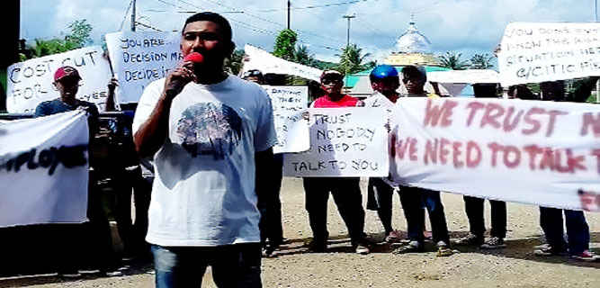Ratusan karyawan perusahan minyak PT. Citic Seram Energy Limited (Ltd) di Bula, demo menolak pengurangan tenaga kerja lokal tanpa didasari pada aturan.