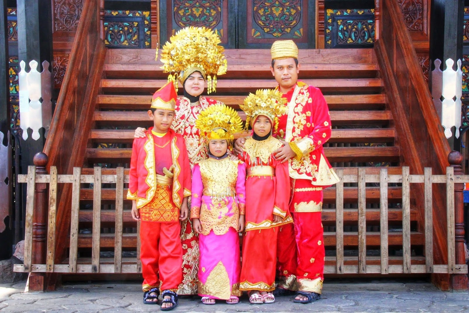 Bergaya Dengan Pakaian Tradisional Melayu Minang Di Istana Pagar Ruyong 1