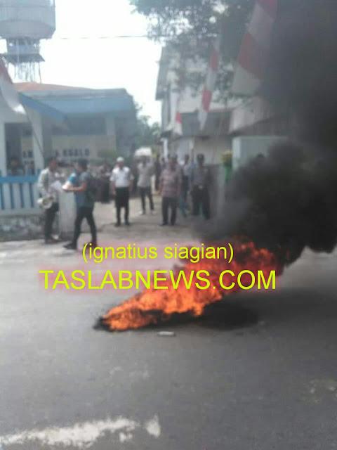 Massa LSM GILAS saat melakukan aksi unjuk rasa dan membakar ban mobil di depan Kantor PDAM Tirta Kualo,  Tanjungbalai, Kamis (23/8).