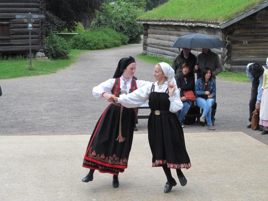 tradtional norwegian dancing