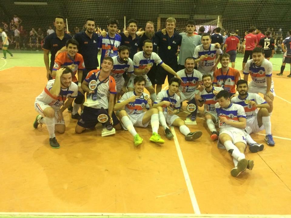 758bf90aee Equipe comemora a terceira conquista da UFSM na Copa Unisinos.
