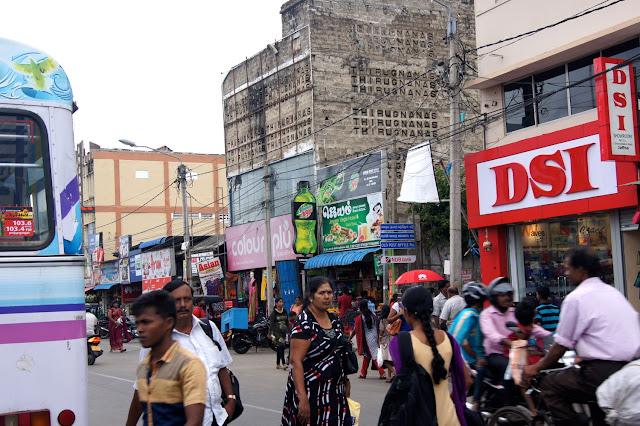 Alte Häuser als Mahnmal an der Bus Station in Jaffna.