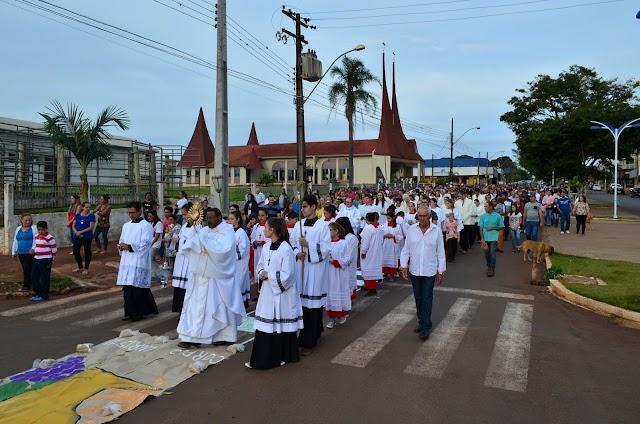 Corpus Christi é celebrado por ambas as paróquias de Roncador