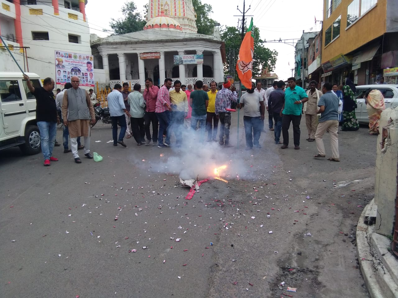 Jhabua News- भाजपा ने धारा 370 हटाये जाने के समर्थन में आतिशबाजी कर मिठाईया बांटी