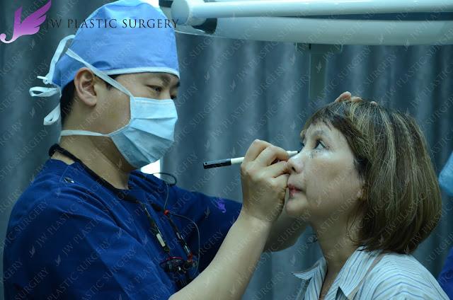 bác sĩ hong lim choi thiết kế cho khách hàng trước khi phẫu thuật chỉnh sửa mắt hỏng