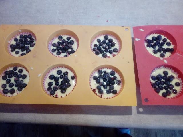 muffinki z jagodami muffinki jogurtowe muffinki z owocami babeczki z jagodami magdalenki