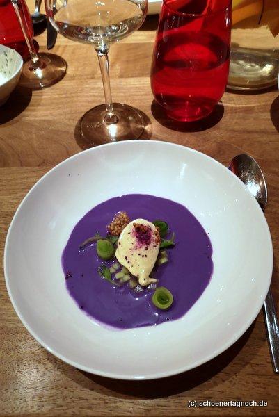 Ganz verarbeiteter Rotkohl: Rotkohlgazpacho, Senfeis, krumme Gurke