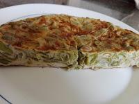 Mitad de la tortilla de habas con cebolla  en plato