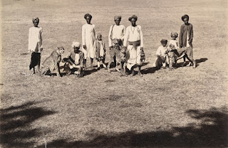 Cheetahs with handlers at Baroda, Gujarat, 1890s. Public domain, via Wikimedia Commons.