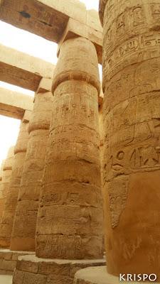 varios pilares del templo de karnak en egipto