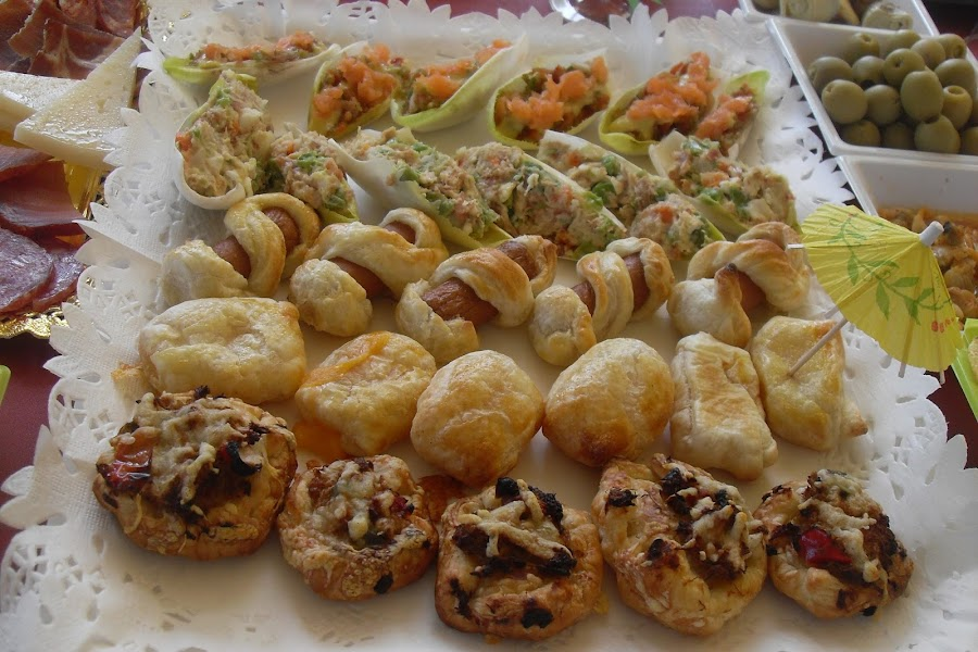 Surtidos de hojaldres salados para fiestas.