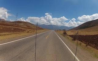Belo trajeto de montanhas rumo a Ollantaytambo / Peru.