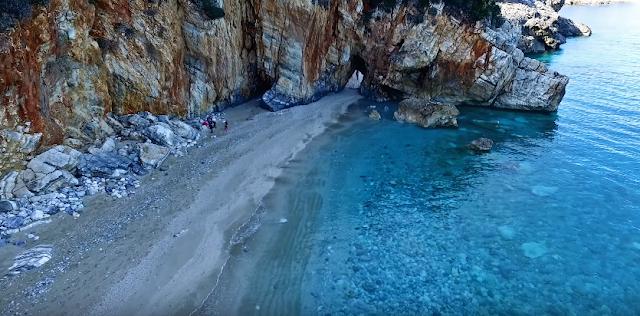 Ταξίδι στην κρυστάλλινη διπλή παραλία με τη φυσική πέτρινη αψίδα (βίντεο)